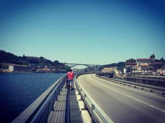 O caminho beirando o Rio